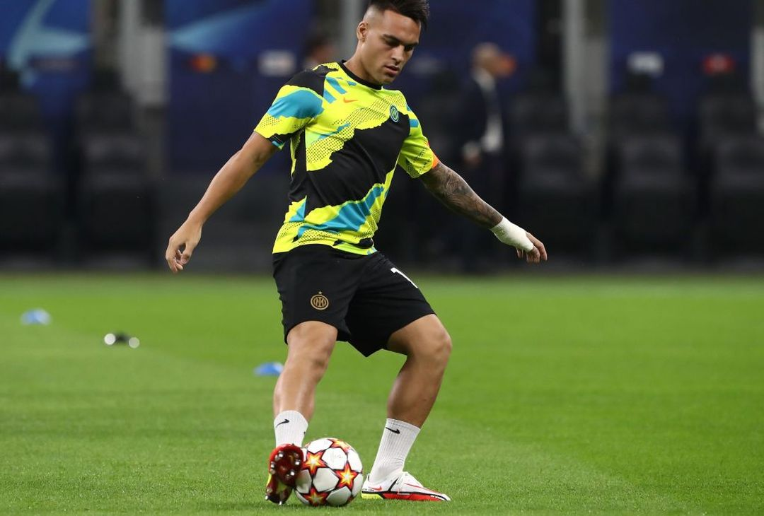 MILAN, ITALY - SEPTEMBER 15: Lautaro Martinez of FC Internazionale during the warm up prior to the UEFA Champions League group D match between Inter and Real Madrid at Giuseppe Meazza Stadium on September 15, 2021 in Milan, Italy. (Photo by Marco Luzzani/Getty Images)