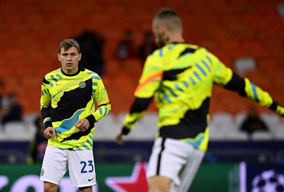 KIEV, UKRAINE - SEPTEMBER 28: Nicolo Barella of FC Internazionale warms up ahead before the UEFA Champions League group D match between Shakhtar Donetsk and Inter at Metalist Stadium on September 28, 2021 in Kiev, Ukraine. (Photo by Mattia Ozbot - Inter/Inter via Getty Images)