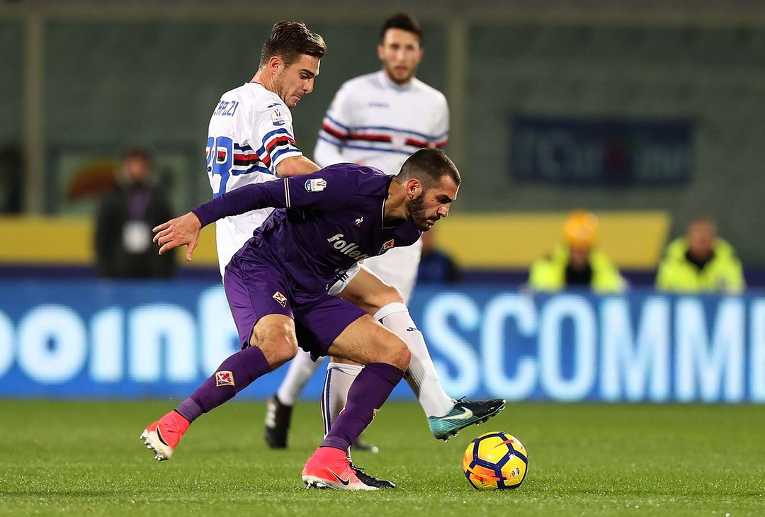 FLORENCE, ITALY - DECEMBER 13: Riccardo Saponara of ACF Fiorentina battles for the ball with Leonardo Capezzi of UC Sampdoria during the Tim Cup match between ACF Fiorentina and UC Sampdoria at Stadio Artemio Franchi on December 13, 2017 in Florence, Italy.  (Photo by Gabriele Maltinti/Getty Images)
