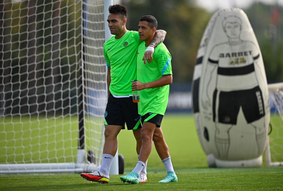 COMO, ITALY - SEPTEMBER 14: Lautaro Martinez of FC Internazionale embraces his teammate Alexis Sanchez of FC Internazionale during the FC Internazionale training session at the club's training ground Suning Training Center at Appiano Gentile on September 14, 2021 in Como, Italy. (Photo by Mattia Ozbot - Inter/Inter via Getty Images)
