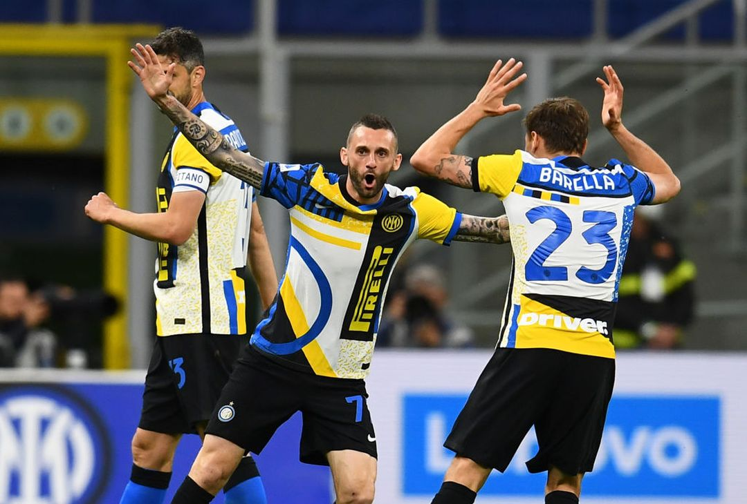 MILAN, ITALY - MAY 12:  Marcelo Brozovic of FC Internazionale celebrate with Nicolo Barella after scoring the opening goal during the Serie A match between FC Internazionale  and AS Roma at Stadio Giuseppe Meazza on May 12, 2021 in Milan, Italy. Sporting stadiums around Italy remain under strict restrictions due to the Coronavirus Pandemic as Government social distancing laws prohibit fans inside venues resulting in games being played behind closed doors.  (Photo by Claudio Villa - Inter/Inter via Getty Images)