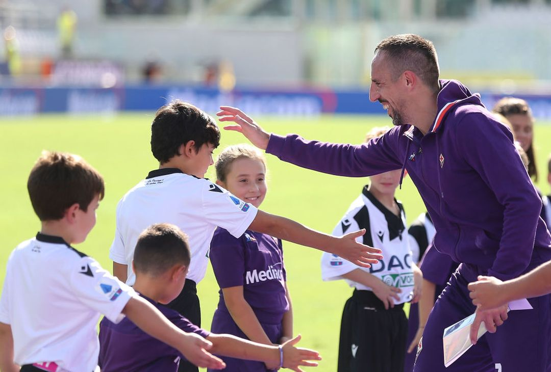 FLORENCE, ITALY - OCTOBER 06: Frank Ribery of ACF Fiorentina greets fans after during the Serie A match between ACF Fiorentina and Udinese Calcio at Stadio Artemio Franchi on October 6, 2019 in Florence, Italy.  (Photo by Gabriele Maltinti/Getty Images)
