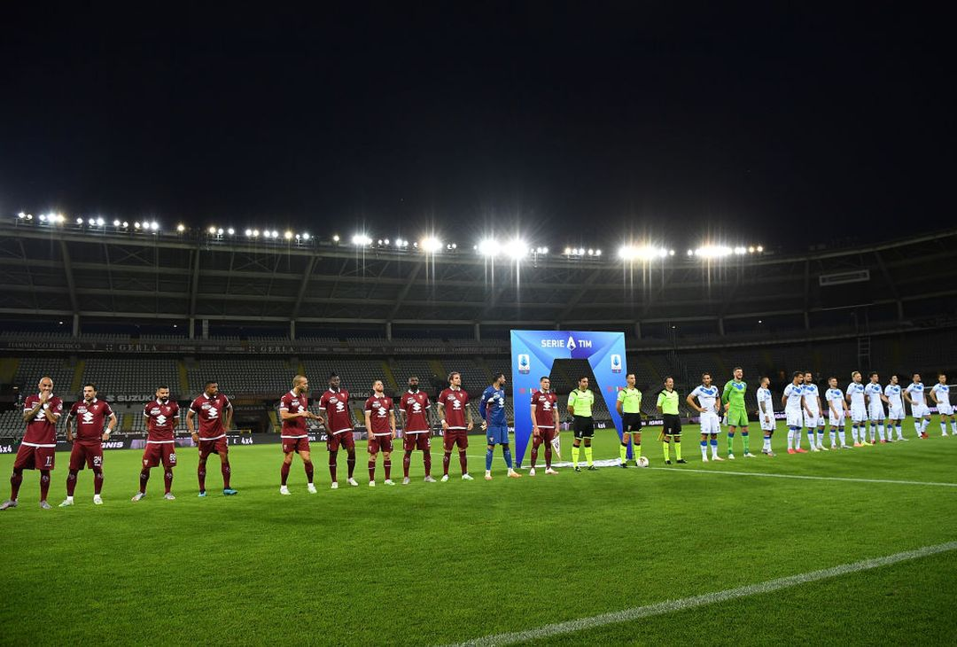 TURIN, ITALY - JULY 08:  Tam of Torino FC and team of Brescia Calcio line up during the Serie A match between Torino FC and  Brescia Calcio at Stadio Olimpico di Torino on July 8, 2020 in Turin, Italy.  (Photo by Valerio Pennicino/Getty Images)